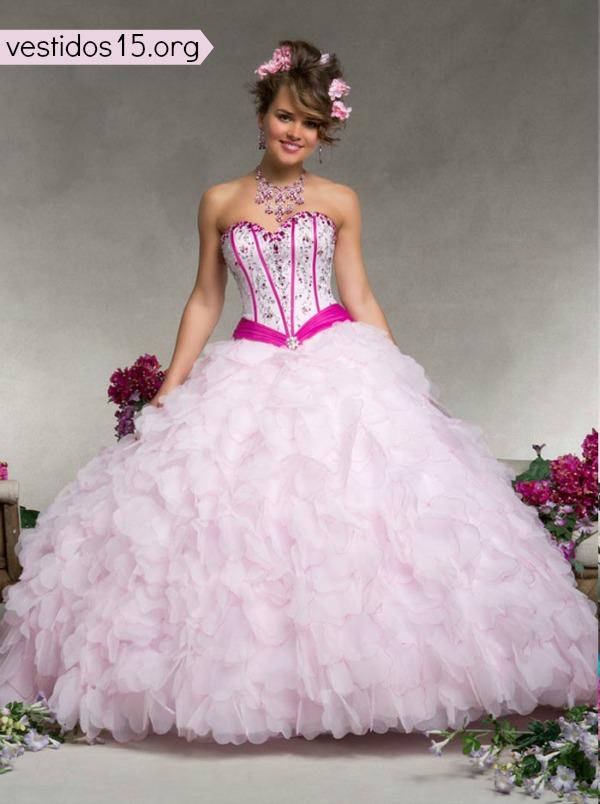 Vestido para quinceañera escotado de color rosa