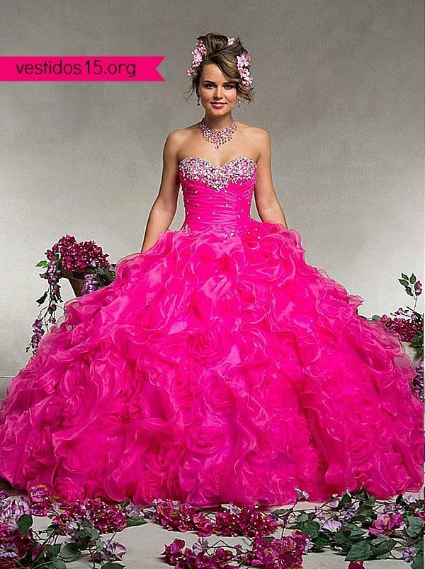 Vestido para quinceañera con pedrería en el corset